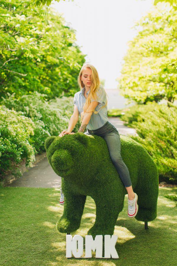 садовая топиарная скульптура из трави Медведь ЮМК