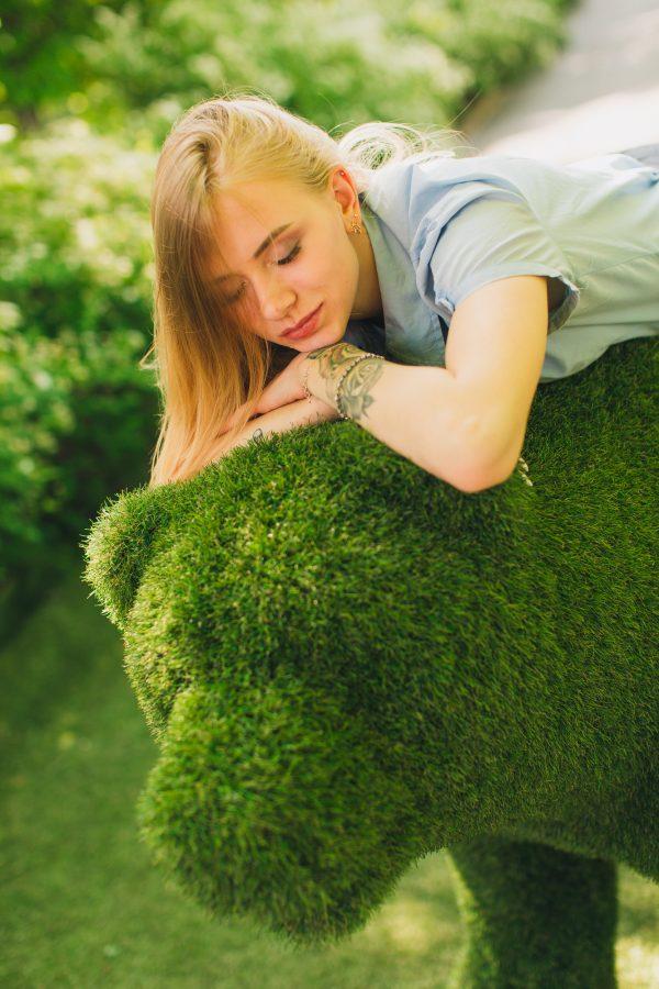 девушка на топиарной фигуре ЮМК из травы