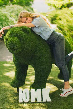 Зелёный Мишка из травы фигура для сада