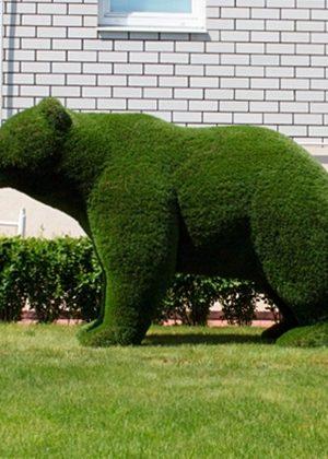 Скульптура Медведь на садовом участке