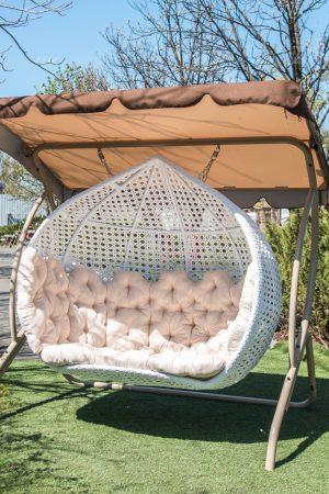 большое подвесное кресло с крышей