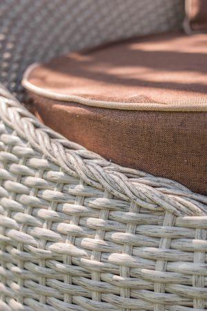 Плетение ротангом верба на диване Патрик
