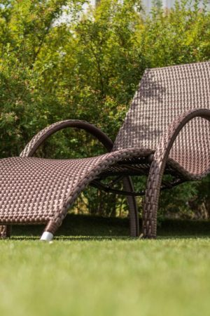 Лежак плетёная мебель в коричневом цвете шоколад