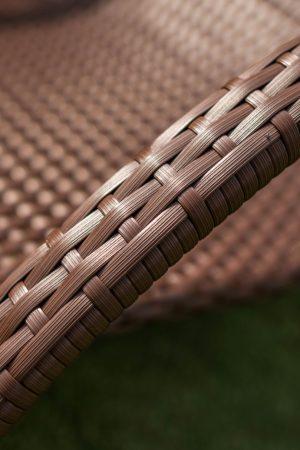 Качественное плетение искусственным ротангом на шезлонге
