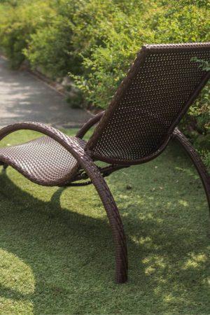 Шезлонг плетёный ротангом