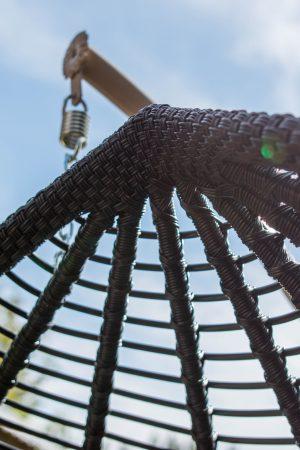 Плетение ротангом на подвесном кресле