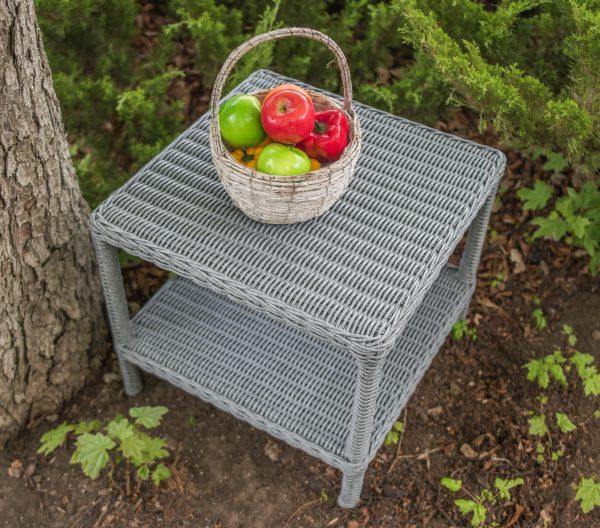 маленький плетёный столик из ротанга