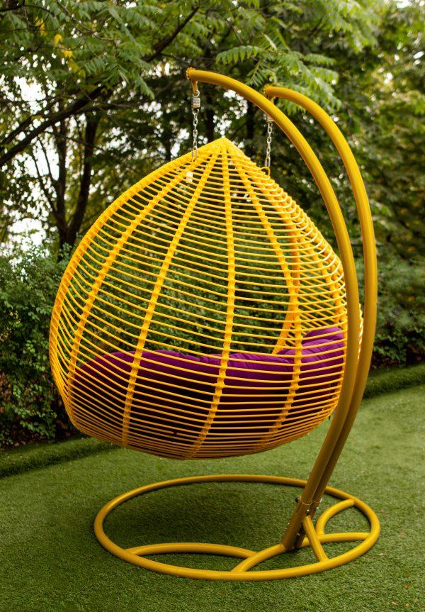жёлтое двухместное подвесное кресло