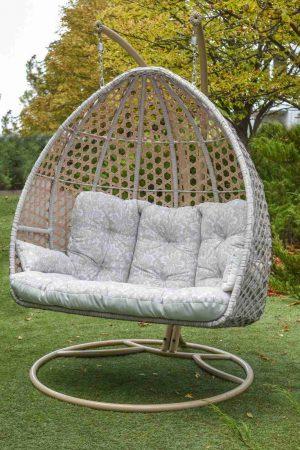 Подвесное кресло для троих в светлом цвете