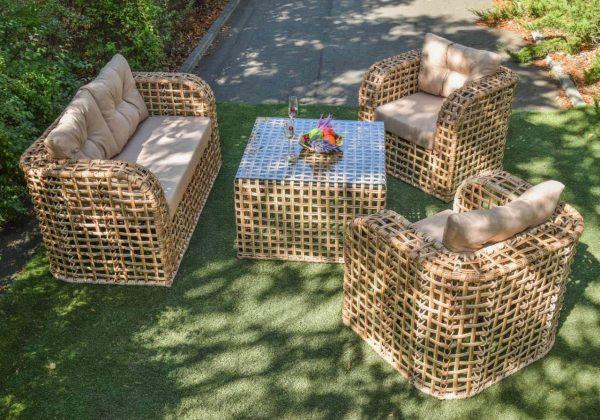 Плетёные кресла и столик из ротанга