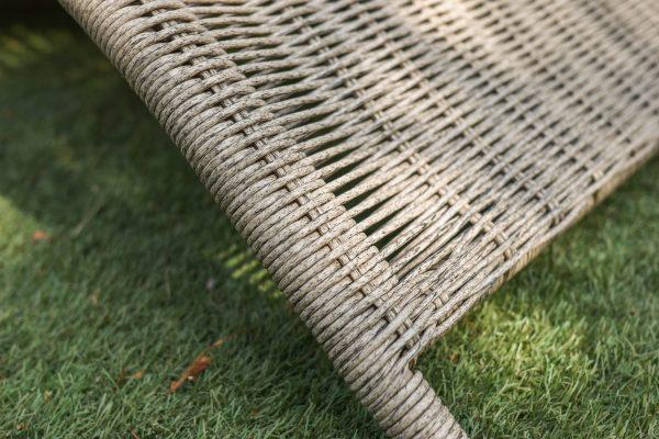 Плетение ротанг на шезлонге из металла