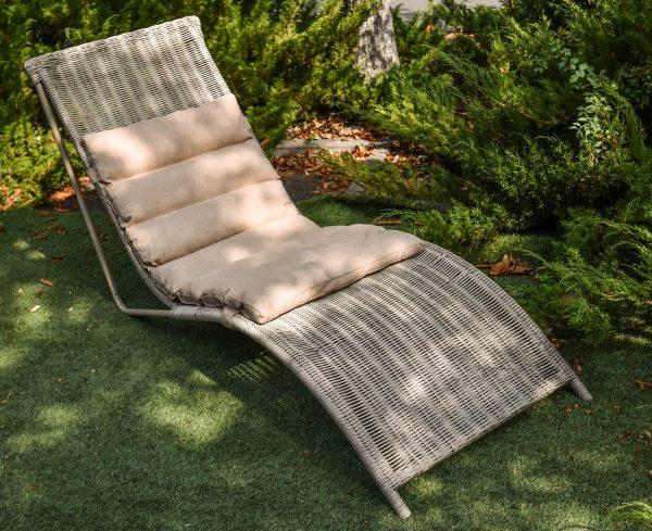 Плетёный шезлонг для отдыха из ротанга