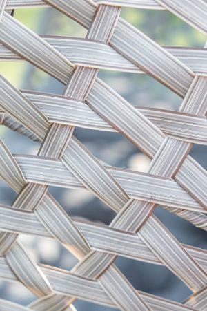 плетение на подвесном кресле из ротанга
