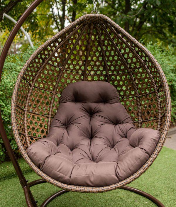 коричневе крісло з коричневою подушкою