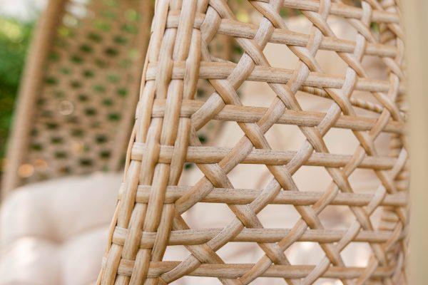 бежевий штучний ротанг на підвісному кріслі