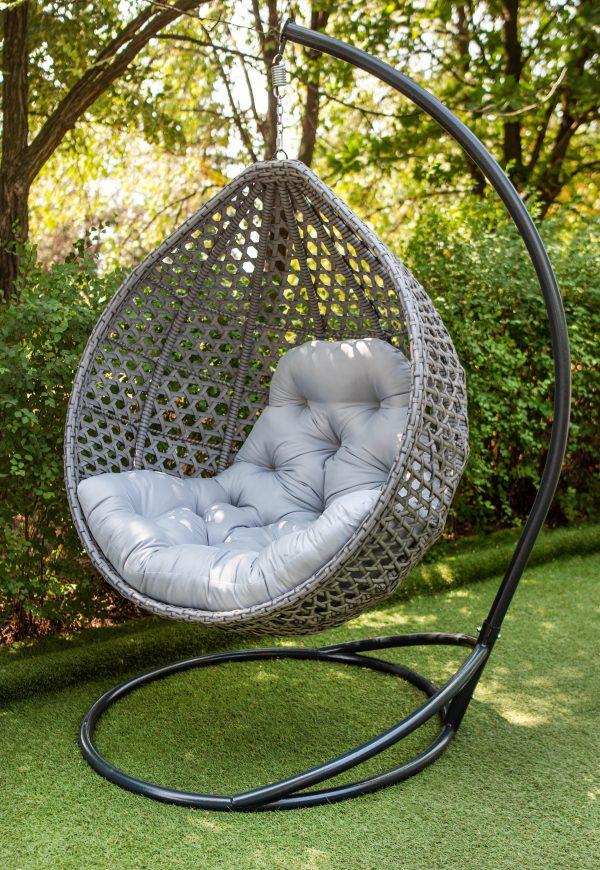 сіре підвісне крісло кокон з ротангу