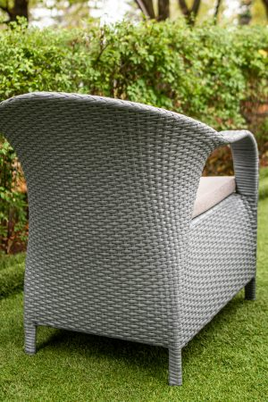 кресло со спинкой и подлокотниками серое ротанговое