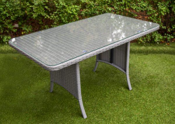 стол в сером цвете из искусственного ротанга