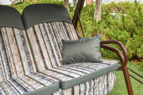 красивая тканевая отделка на сиденье качели