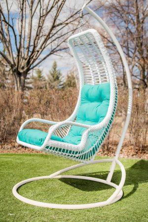 Белое подвесное кресло Лиго с бирюзовой подушкой