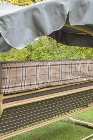 Стальная сетка на садовой качеле