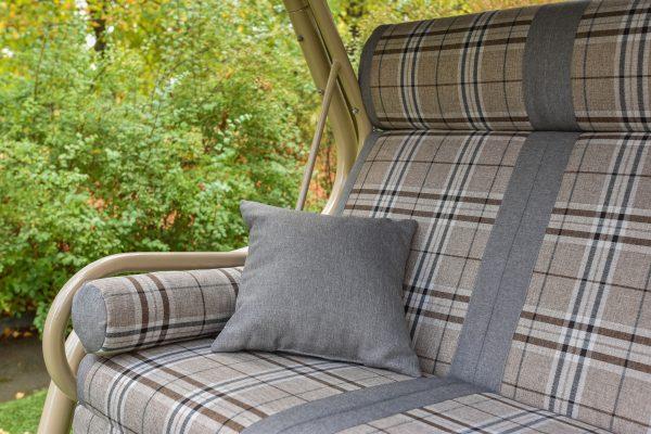 Садовая качеля из стали с мягкими серыми сиденьями