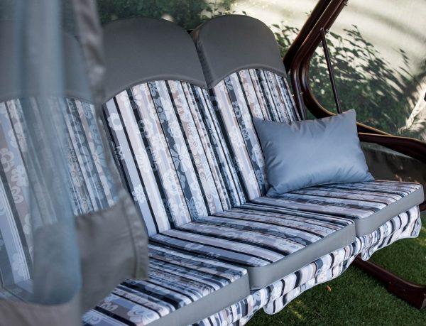 Красивое мягкое сиденье на содовой качеле