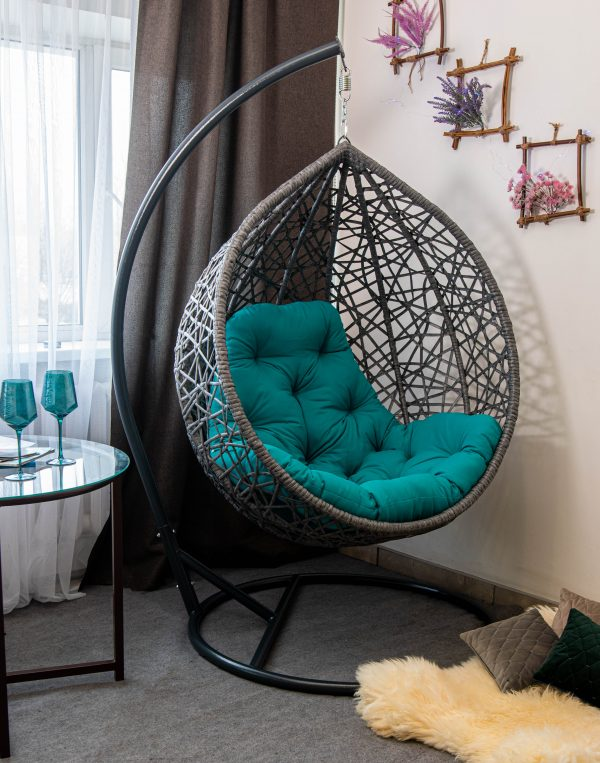 Серое кресло кокон Артвуд с бирюзовой подушкой