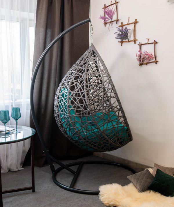Серое плетёное кресло кокон в квартире
