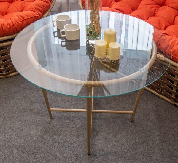 меленький металевий столик зі склом