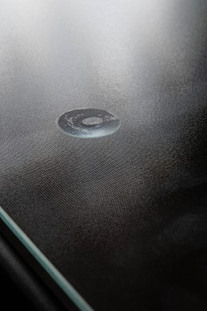 стеклянная столешница на столе из метала