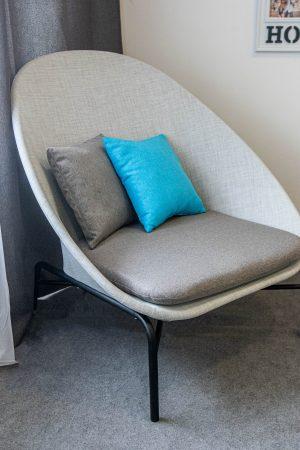 кресло хайтек из метала и ткани