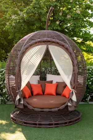 диван для отдыха на улице с москитной