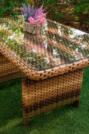 Стол с стеклянной столешницей из ротанга