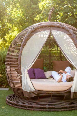 большая садовая беседка с круглым матрасом плетение ротанг